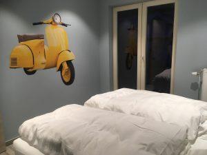 Slaapkamer 1 met comfortable Lattoflex bed van vakantiehuis 't Sutterhuisje in Overmere - slapen aan het donkmeer en heerlijk overnachten in Overmere
