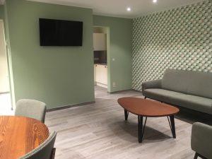 Gezellige woonkamer met flatscreen TV in retro en vintage stijl van vakantiehuis 't Sutterhuisje in Overmere - slapen aan het donkmeer en heerlijk overnachten in Overmere